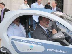 El Alcalde de Valladolid siempre acude al trabajo en un Twizy